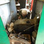 Evert Jan werkt aan de versnellingsbak van de Autotron SCHOEMA. De motor loopt inmiddels weer.