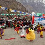 Staatlich organisierte Feier für Navruz, das persische Neujahrs- und Frühjahrsfest. Um Einheit zu stiften, wird das Programm landesweit - nach einem Casting der lokalen Talente - zusammen mit einem staatlichen Choreographen einstudiert.