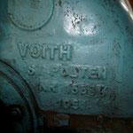 Bei näherem Hinsehen die Überraschung: Der alte Generator, der jedem Technik-Nostalgiker die Freudentränen in die Augen treibt, ist eine deutsch-österreichische Ingenieursleistung, die auf verschlungenen Pfaden den Weg ins Bartangtal fand.