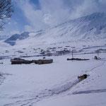 Roshorv im Winter. Schneien kann es von September bis April. Im Frühjahr wird wegen der Lawinen das Reisen in der Region zur Lebensgefahr.