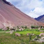 Man muss der Bartangstraße ihren Zustand ein Stück weit verzeihen: Die Pamir-Hänge sind geprägt durch ausgedehnte Schuttfächer, bedingt durch die für Zentralasien typische schnell voranschreitende Erosion.