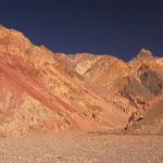 Der Pamir ist ein Mekka für Geologen: Dank der fehlenden Vegetation zeigt der Berg buchstäblich sein Innerstes. Hier: Zwischen Ghudara und Kok Jar.