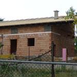 20.07.2015: Das Dach ist mit Pappe versiegelt und fertig zum Dachziegel legen.