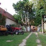 Der Innenhof mit Kutschen und Oldtimer Traktor.