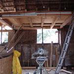 Die Stallrückwand von innen - alles wird abgestützt und verseilt während Teile des Dachs erneuert werden.