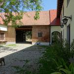 2019: hinterer Teil des Innenhofs mit Stallgebäude