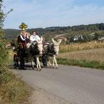 Anfang Oktober 2015: Tante Minna und ich bringen die Lindabrunner Erntedankfestkrone zur Winzerkapelle.