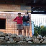 220.08.2015: Die Steinmauer, die die Pergola begrenzen wird, ist aus Steinen der Grundsteinmauer vom Abbruch des Gesindehauses gebaut.