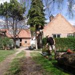 Unser Hof im Frühling 2015 vor Abriss des Gesindeshauses