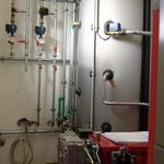 14.11.2015 Im Heizraum steht die 49 kW Hackschnitzel Heizanlage, die einmal drei Häuser beheizen wird, incl. Warmwasser.