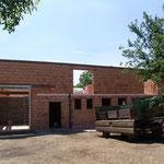 2. Juli: Das Tor ist eingebaut, durch das später die Hackschnitzel in den Lagerraum gefüllt werden.