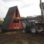 17. März 2015: Der Hühnerstall wird auf einen eigends angefertigten Anhänger gehoben und zu seinem neuen Standort gefahren.