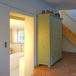 Eingangsbereich mit Blick in das Bad