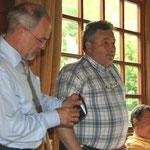 Klaus Weber, DKB-Präsident übergibt an Bürgermeister Wolfgang Nolte eine Erinnerungs-Medaille.
