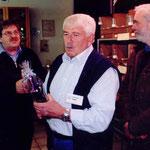 Vereinsausstellung - Überreichung des Präsentes für jahrelange Hilfe an K.H.Nolte