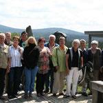 Gruppenbild bei der Bavaria Alm, Torfhaus - im Hintergrund der Brocken
