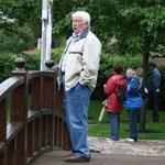 K. H. Nolte auf einer Brücke im Jap. Garten