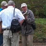 ein fachkundiger Führer erklärt einige Besonderheiten in der Vogelwelt des Harzes