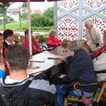 gemütliche Runde im Rosengarten Langensalza