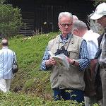 Vogelstimmenwanderung in Bad Lauterberg - zum Bestimmen eines Vogels hilft oft auch ein Buch