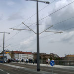 Straßenleuchtung und Fahrleitung an einem Mast zusammengefasst