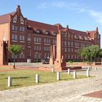 Klinkersäulen vor dem Justizzentrum