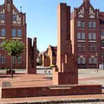 Klinkersäulen im Bezug zu den historischen Bauwerken