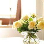 Blumen auf dem Esstisch