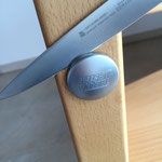 Mit einem Metter vorsichtig die Abdeckkappen entfernen.