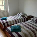 chambre avec  lits de 90 dans la petite maison