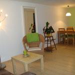Wohnraum mit Essecke und Ausziehsofa