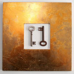 """""""Yin und Yang"""", 2010, Zwei Schlüssel auf weißem Karton, Ikea-Holzrahmen, Schlagmetall """"Gold"""", ca. 25 x 25 cm"""