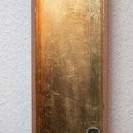 """""""Und Du?"""", 2011, Holzkiste, Schlagmetall """"Gold"""", Schloss, Feder, ca. 40 x 15 cm"""