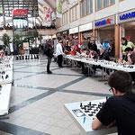 An 30 Brettern spielte der russische Großmeister simultan...