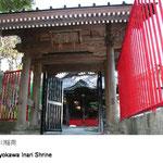 三笠商店街中ほど透明な扉を開けるといきなり急で長い石段。164段目で豊川稲荷に到着。更に上の大勝利山(221段目)からの眺望もお勧めです。