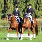 Ina Saalbach Müller und Anke Thon-Saalbach ritten ein eigens einstudiertes Pas de deux zu Ehren des Jubilars.