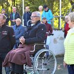 Aufmerksam und emotional tief berührt schaute Wolfgang Müller seiner Ehefrau Ina und Schwägerin Anke beim Pas de deux zu. Neben ihm der ehemalige Nationenpreis-Springreiter Egbert Arndt.