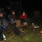 Nach dem Training gemütlich am Feuer sitzen, grillieren und ein/zwei Cheli trinken.