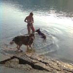 Klein Fufu schwimmt, hat einbisschen gedauert bis sie es kapiert hat aber jetzt alles kein Problem mehr!