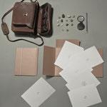 Trace (2014), cuaderno de artista compuesto por un estuche de piel que contiene material de dibujo, piedras y dos carpetas con una serie de gofrados y dibujos sobre papel canson. Tamaño variable.