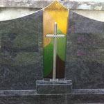 Grabverglasungen und Kreuze