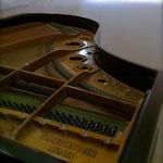 Piano Quart de queue BECHSTEIN 1928 (de l'association E IL PIANO VA) dans le transept sud de l'Abbaye de Cluny (Avec l'autorisation des Monuments Nationaux ©CMN-Paris)