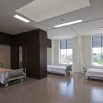 3階病棟 大部屋ですが、各ベットには大きな収納 プライベート空間を確保