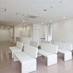 外来待合室 広々なスペースを確保