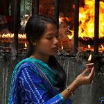Offerta delle candela votiva al tempio di Dakshinkali - Nepal