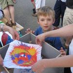 Ein Familienkreis aus Petrus Canisius zog viele Besucher mit ihrer Farbenschleuder in den Bann. Aus den kleinen Kunstwerken soll eine Fahne entstehen.