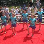 Mädchen der KAB aus St. Barbara Hamborn tanzten auf dem roten Teppich