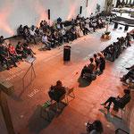 Blick in den umgebauten Kirchenraum von St. Joseph: Statt Bänken gibt es nun flexibel stellbare Stühle. (Foto: Alexandra Roth   Bistum Essen)