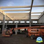 Richten einer Dachkonstruktion für eine Gewerbehalle in Mainz, Zimmerei 862 GmbH