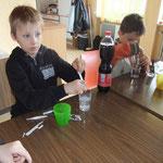 4 Teelöffel Zucker in 0,1 l Wasser aufgelöst oder 0,1 l Cola
